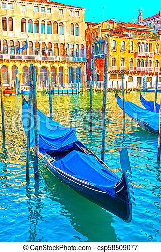 El gran canal de Venecia con góndolas amarradas - csp58509077