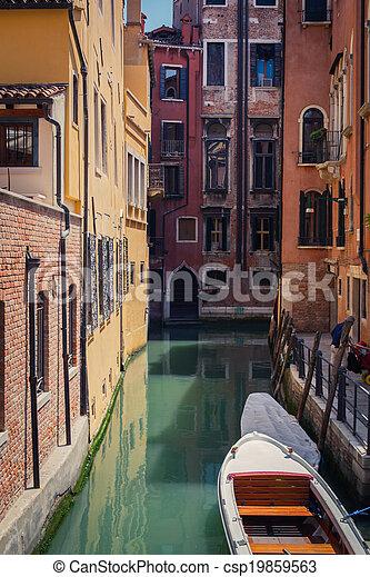 El canal de Venecia con góndolas - csp19859563