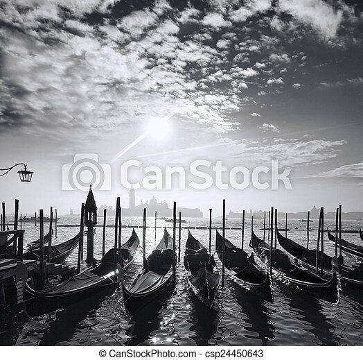 Venecia con góndolas en el canal en Italia - csp24450643