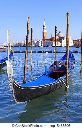 Gran canal con góndolas en Venecia - csp15465506