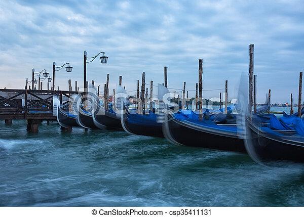 Venecia con góndolas en el gran canal - csp35411131