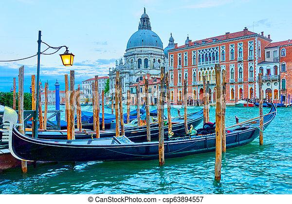 Gran canal con góndolas en Venecia - csp63894557