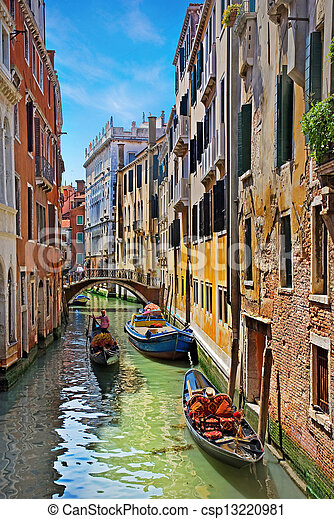 El gran canal de Venecia con góndolas - csp13220981