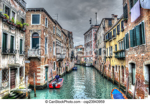 El canal estrecho en Venecia bajo un cielo gris - csp23943959