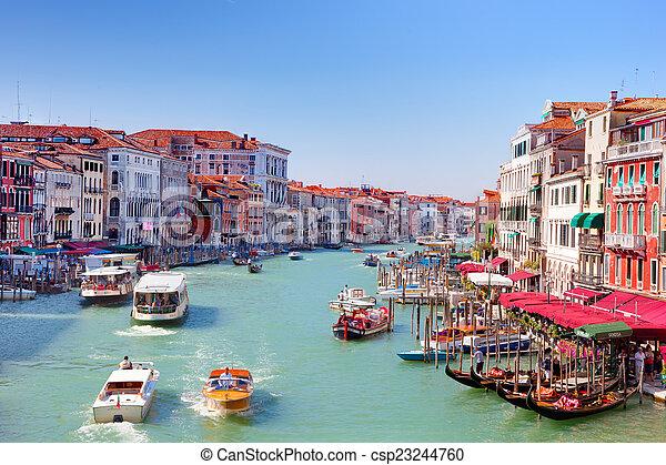 Las góndolas y los barcos turísticos trafican en el gran canal en Venecia, Italia - csp23244760