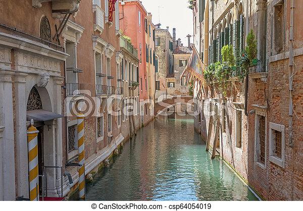 Un canal romántico vacío en Venecia. Italia. - csp64054019