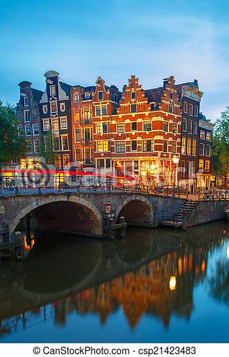 Vista nocturna del canal y el puente de Ámsterdam - csp21423483