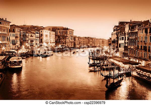 Venecia, Italia. Gran canal al atardecer. Vintage, oro monocromo - csp22396979