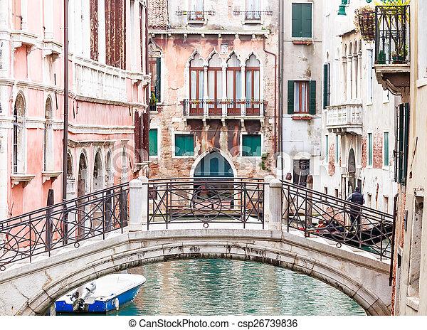 Puente sobre un canal en Venecia - csp26739836