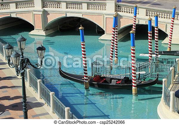 Gondola en un canal, hotel y casino veneciano, Las Vegas, - csp25242066
