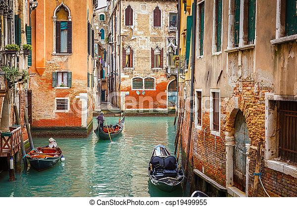 Canal en Venecia - csp19499955