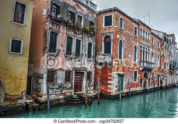Canal estrecho en Venecia - csp34762657