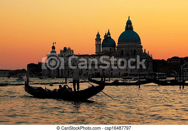 Venecia, Italia. Gondola en el gran canal al atardecer - csp16487797