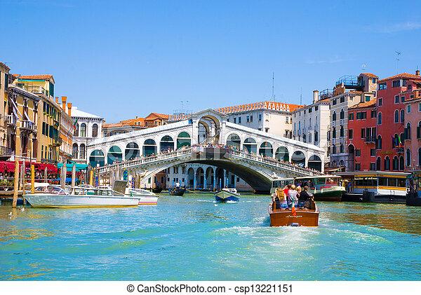 El gran canal de Venecia con góndolas y Rialto Bridge, Italia - csp13221151