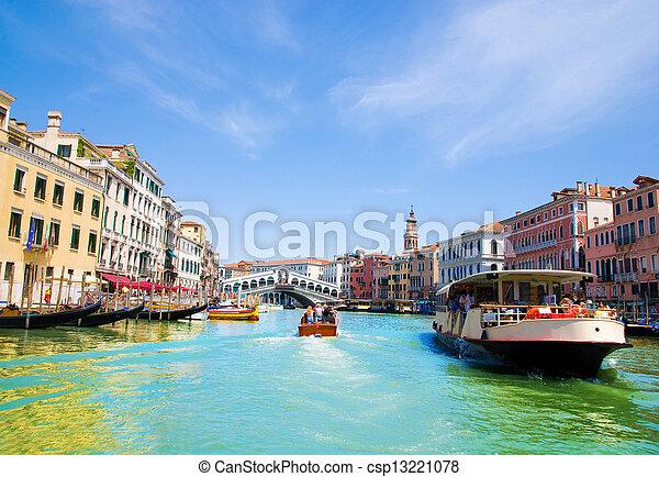 El gran canal de Venecia con góndolas y el puente Rialto, Italia - csp13221078