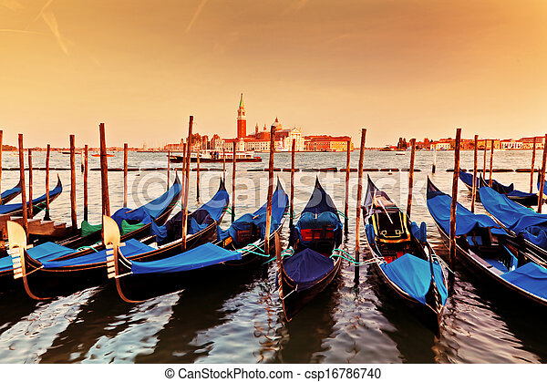 Venecia, Italia. Gondolas en el gran canal al atardecer - csp16786740