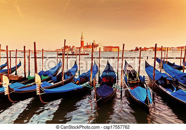 Venecia, Italia. Gondolas en el gran canal al atardecer - csp17557762