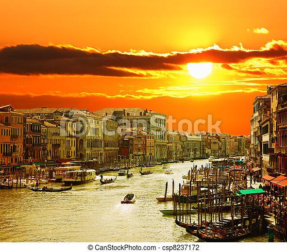 El gran canal de Venecia al atardecer - csp8237172