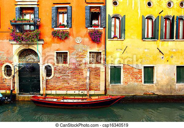 Canal en Venecia - csp16340519