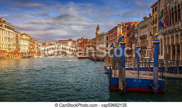 Gran canal con góndolas en Venecia, Italia. Vista al atardecer del gran canal de Venecia. Arquitectura y puntos de referencia de Venecia. Una postal de Venecia - csp59662135