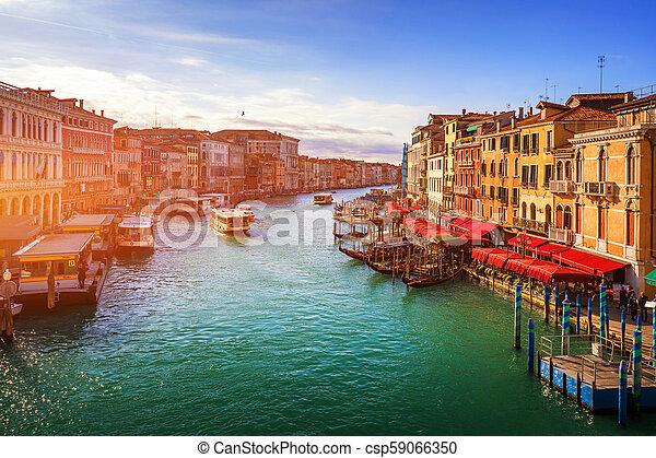 Gran canal con góndolas en Venecia, Italia. Vista al atardecer del gran canal de Venecia. Arquitectura y puntos de referencia de Venecia. Una postal de Venecia - csp59066350