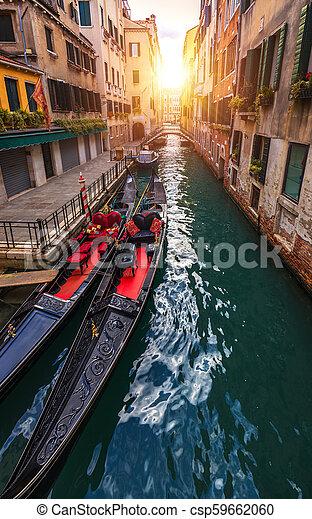 Canal con góndolas en Venecia, Italia. Arquitectura y puntos de referencia de Venecia. Una postal de Venecia con góndolas de Venecia. - csp59662060