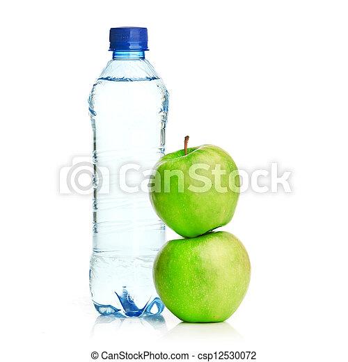 Una botella de agua con gas y manzana verde - csp12530072