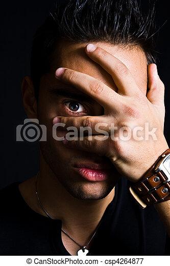 Hombre espeluznante escondido con la mano en la cara - csp4264877
