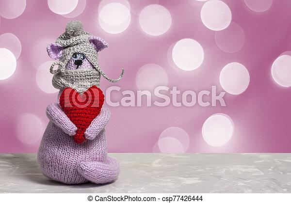 card., sombrero, 2020, luz, plano de fondo, lila, tejido, su, señal, bokeh., zodíaco, patas, valentine, rata, corazón, chino, juguete, rojo, año, rata, nuevo, gris - csp77426444