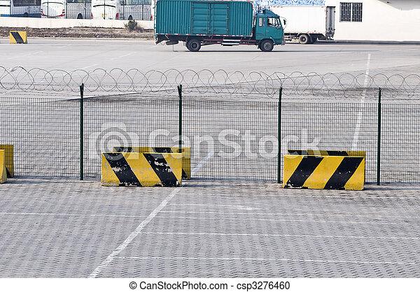 Una cerca de metal y una señal restringida en el área de carga del aeropuerto - csp3276460