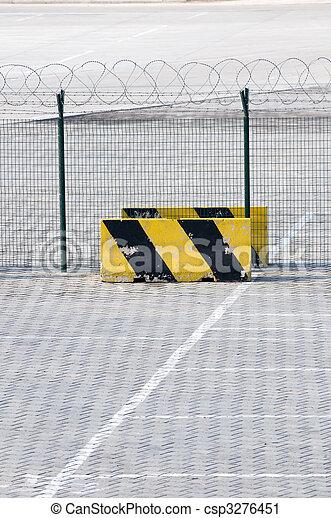 Una cerca de metal y una señal restringida en el área de carga del aeropuerto - csp3276451