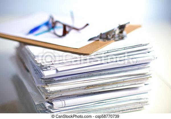Archivo Stack, carpeta con antecedentes blancos - csp58770739