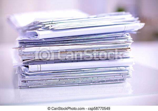 Archivo Stack, carpeta con antecedentes blancos - csp58770549