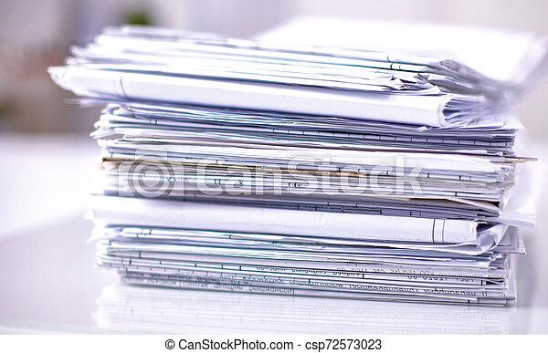 Archivo Stack, carpeta con antecedentes blancos - csp72573023