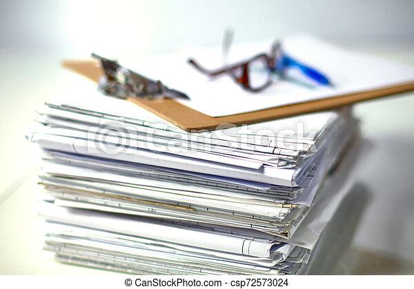 Archivo Stack, carpeta con antecedentes blancos - csp72573024