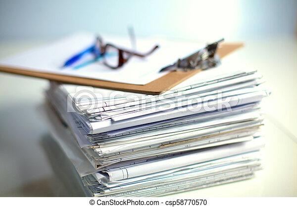 Archivo Stack, carpeta con antecedentes blancos - csp58770570