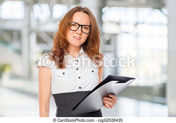 Trabajador de oficina con una carpeta en la oficina - csp52538435