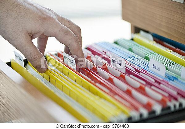 Documentos financieros en carpetas - csp13764460