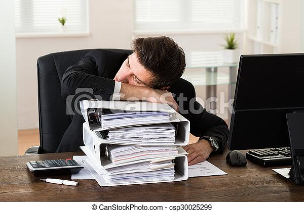 Hombre de negocios durmiendo en carpetas - csp30025299