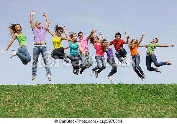 carrera, grupo, saltar, diverso, mezclado, sonreír feliz - csp5970844