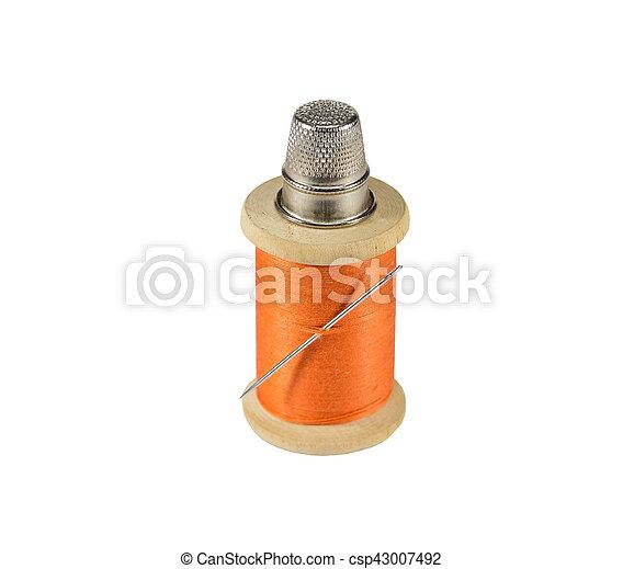 Un carrete de hilo, aguja y dedal - csp43007492