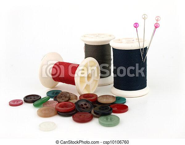 Un carrete de hilo, aguja y botón - csp10106760