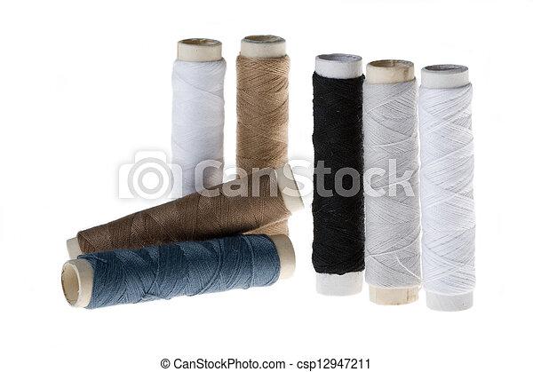 Un carrete con hilo de algodón - csp12947211