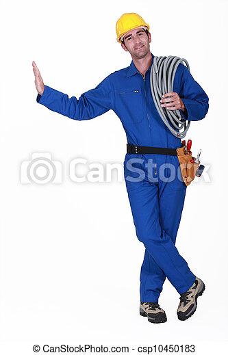 Un electricista llevando un carrete de cable - csp10450183