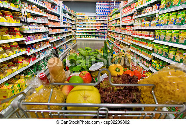 De compras en un supermercado - csp32209802