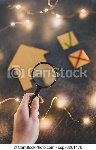 carton, foyer verre, sur, magnifier, croix, main, miniature, vert, tenue, tique, options - csp73261476
