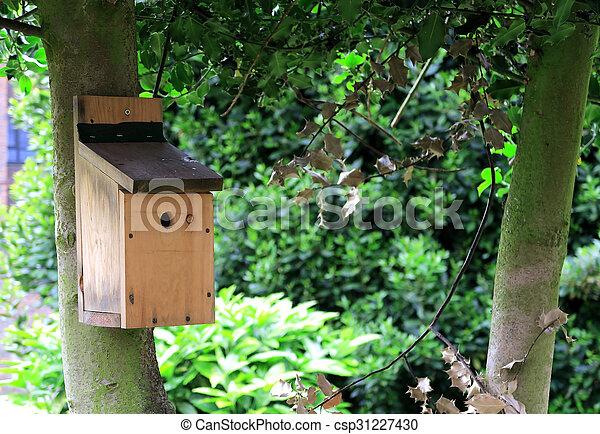 Casa de pájaros en un árbol - csp31227430