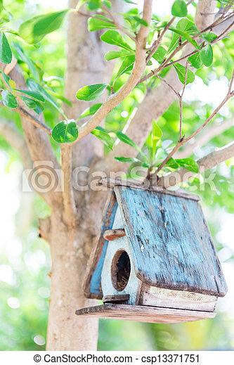 Casa de pájaros en un árbol - csp13371751