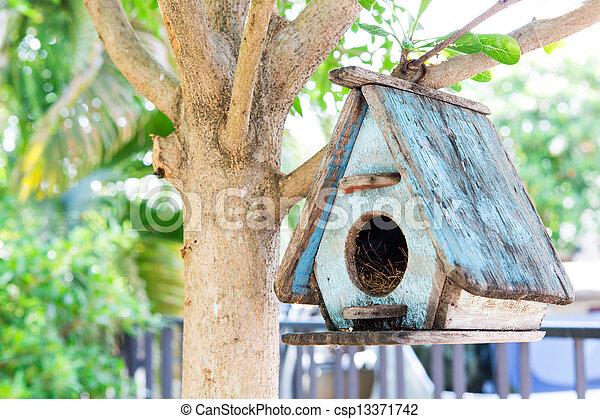 Casa de pájaros en un árbol - csp13371742