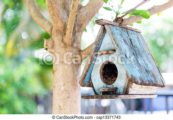 Casa de pájaros en un árbol - csp13371743